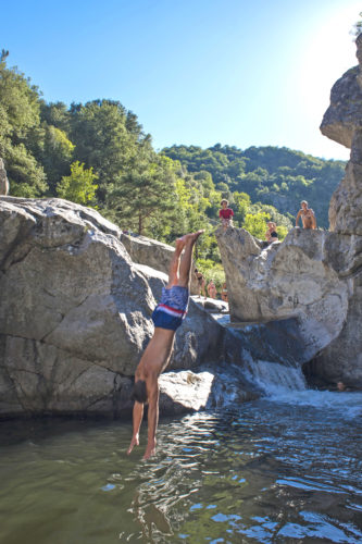 La rivière Eyrieux offre de nombreux spots pour se baigner et profiter des activités proposées.
